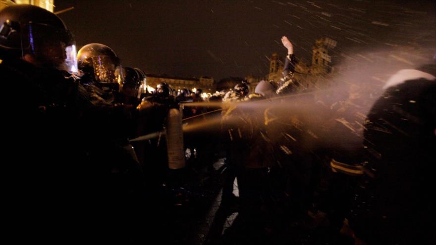 Manifestantes en Hungría chocan con la Policía en el Parlamento