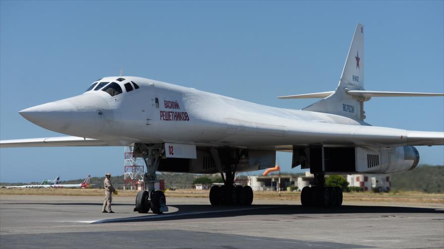 Un bombardero ruso Tu-160 en el aeropuerto internacional de Maiquetia, al norte de Caracas, (capital venezolana), 10 de diciembre de 2018. (Foto: AFP)