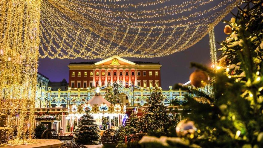 Moscú da bienvenida a Navidad con luces festivas