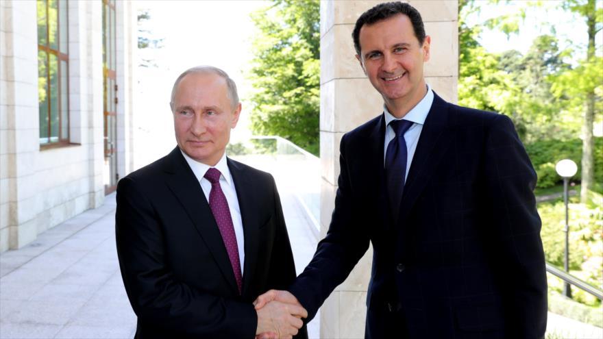 El presidente ruso Vladimir Putin (izq.) reunido con su homólogo sirio, Bashar al-Asad, en Sochi (Rusia), 17 de mayo de 2018. (Foto: AFP)