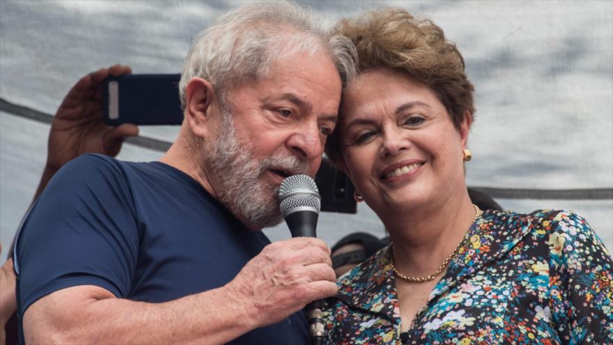 El expresidente brasileño Luiz Inácio Lula da Silva junto a también exmandataria Dilma Rousseff en un acto privado, 7 de abril de 2018. (Foto: AFP)