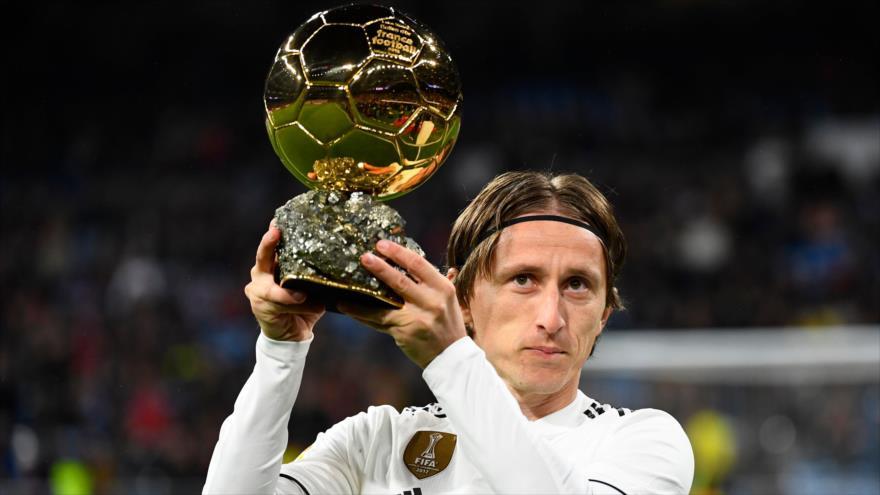El futbolista croata del Real Madrid, Luka Modric, posa con su Balón de Oro antes de un partido en Madrid, 15 de diciembre de 2018. (Foto: AFP)