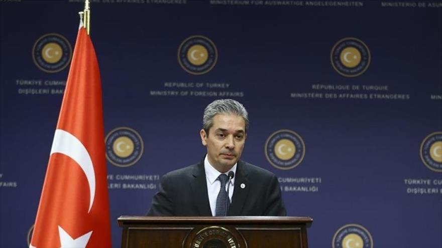 El portavoz de la Cancillería turca, Hami Aksoy, durante una rueda de prensa.