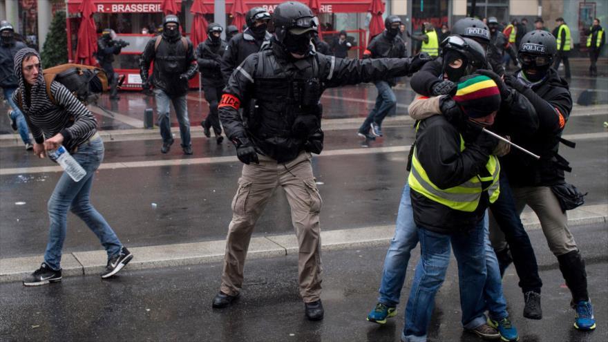 Policía francesa reprime una protesta de los chalecos amarillos contra el aumento del costo de vida en Nantes, 15 de diciembre de 2018. (Foto: AFP)
