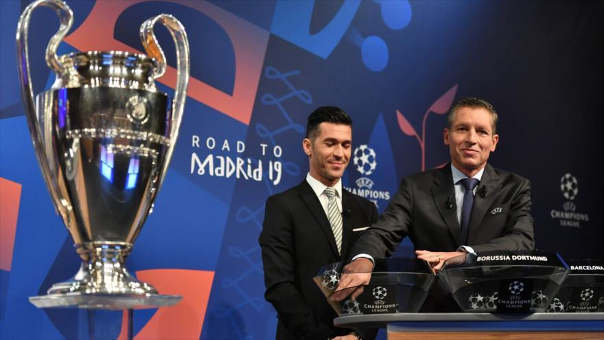 Ex futbolista español Luis García (izda.) y Michael Heselschwerdt, jefe de la UEFA, durante el sorteo de Liga de Campeones, en Nyon, 17 de diciembre de 2018.