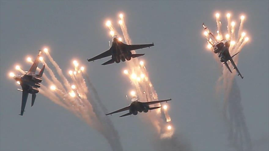 Cuatro cazas Sujoi Su-27 durante una exhibición en Crimea.