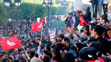 Cientos de tunecinos celebran octavo aniversario de su revolución
