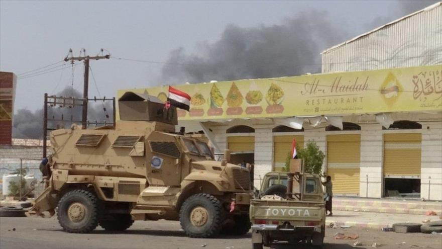 Coches blindados pertenecientes a los mercenarios apoyados por Arabia Saudí en la ciudad yemení de Al-Hudayda.