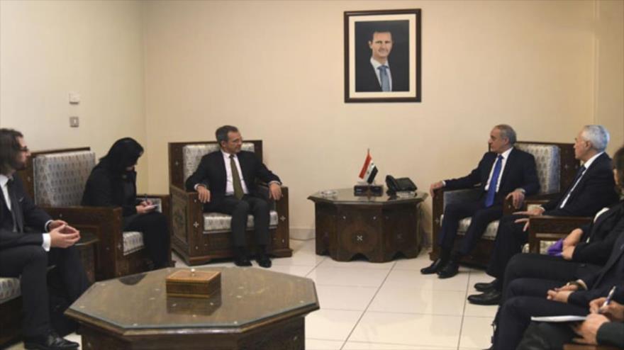 El vicecanciller sirio, Ayman Sousan (centro-derecha), recibe a una delegación de políticos franceses en Damasco, 18 de diciembre de 2018.