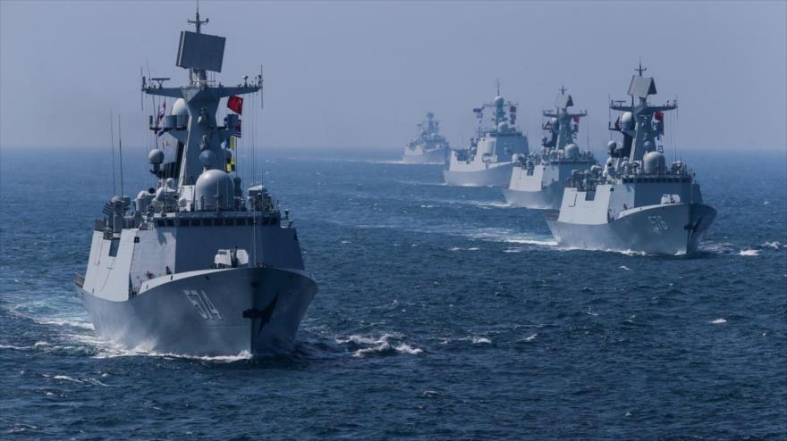 Destructores chinos navegan en el mar de la China Meridional.