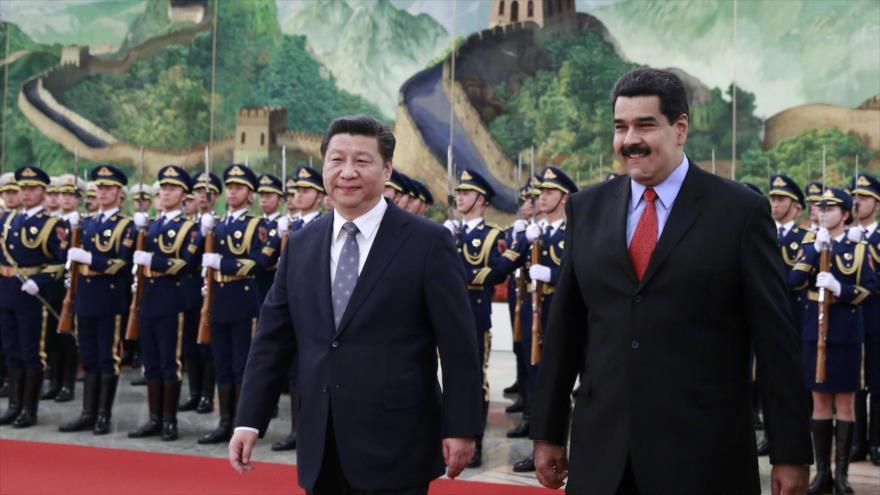 El presidente venezolano, Nicolás Maduro (dcha.), y su par chino, Xi Jinping, en el Gran Salón del Pueblo en Pekín, capital china, 7 de enero de 2015.