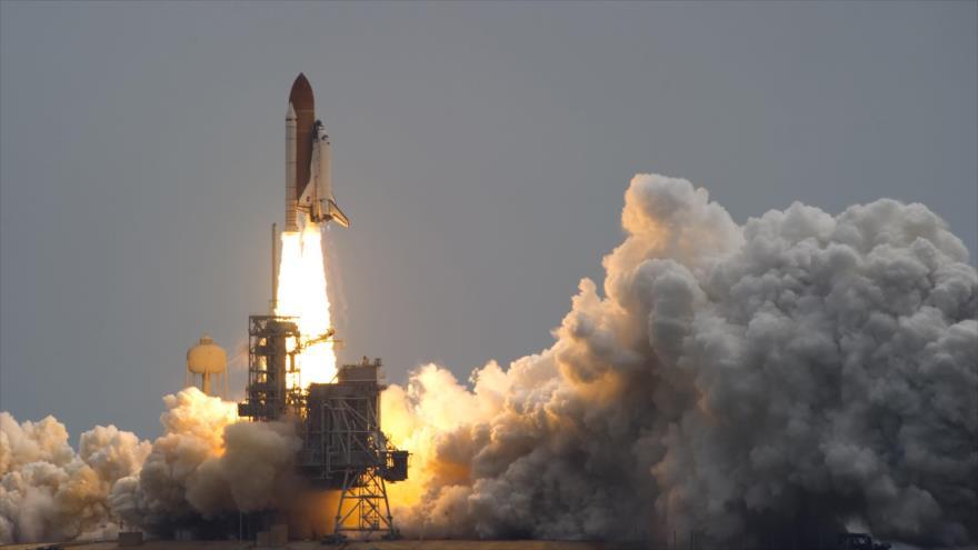 El transbordador espacial Atlantis despega del Centro Espacial Kennedy en Cabo Cañaveral, Florida (EE.UU.).