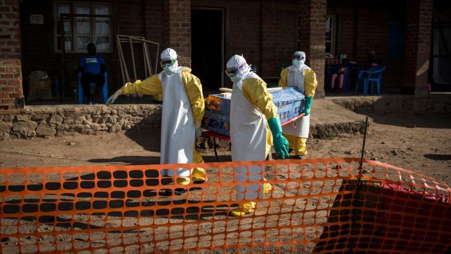 Los trabajadores de Salud trasladan el cuerpo de un afectado por el virus de Ébola en la ciudad congoleña de Beni, 13 de agosto de 2018. (Foto: AFP)
