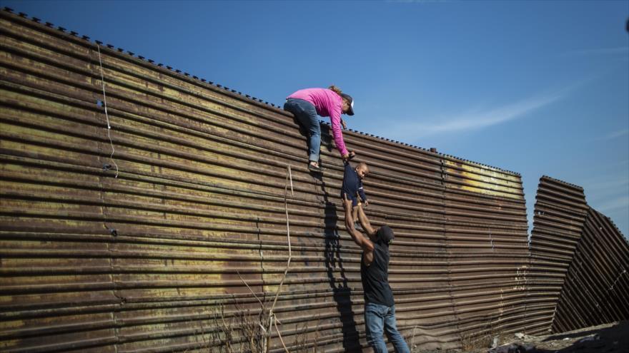 Migrantes centroamericanos tratan de pasar por la frontera entre México y EE.UU., 25 de noviembre de 2018. (Foto: AFP)