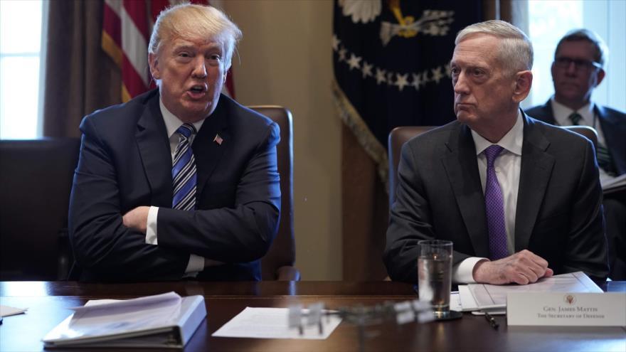El presidente de EE.UU., Donald Trump (izq.), y el secretario de Defensa, James Mattis, en la Casa Blanca, 8 de marzo de 2018. (Foto: AFP)