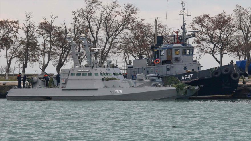 Buques militares ucranianos en un puerto en el estrecho de Kerch, en la estratégica zona del mar de Azov, 26 de noviembre de 2018. (Foto: AFP)