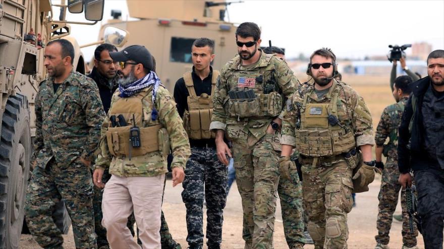 Combatientes de milicias kurdas y tropas estadounidenses durante una patrulla en la provincia de Al-Hasaka, en el noreste de Siria. (Foto: Reuters)