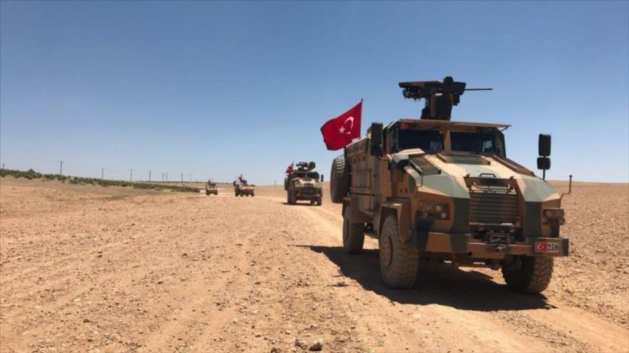 Vehículos blindados del Ejército turco circulan por una zona en el norte de Siria.