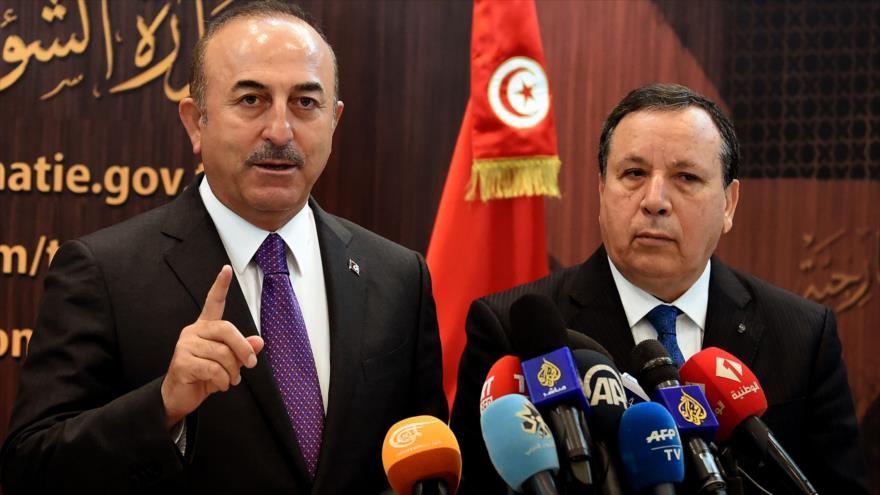 El canciller turco, Mevlut Cavusoglu (izda.) y su par tunecino, Khemaies Jhinaoui, en una rueda de prensa en Túnez, 24 de diciembre de 2018. (Foto: AFP)