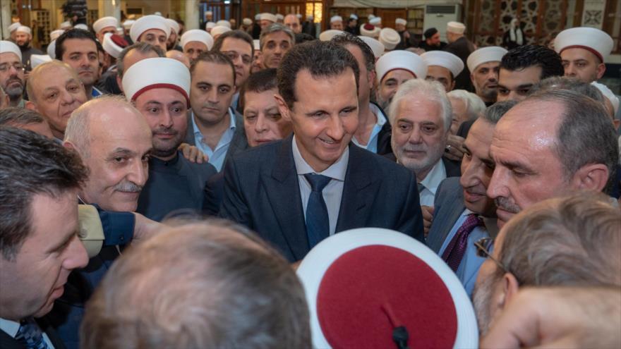 El presidente de Siria, Bashar al-Asad, asiste a una ceremonia religiosa en una mezquita en Damasco (capital), 19 de noviembre de 2018. (Foto: SANA)