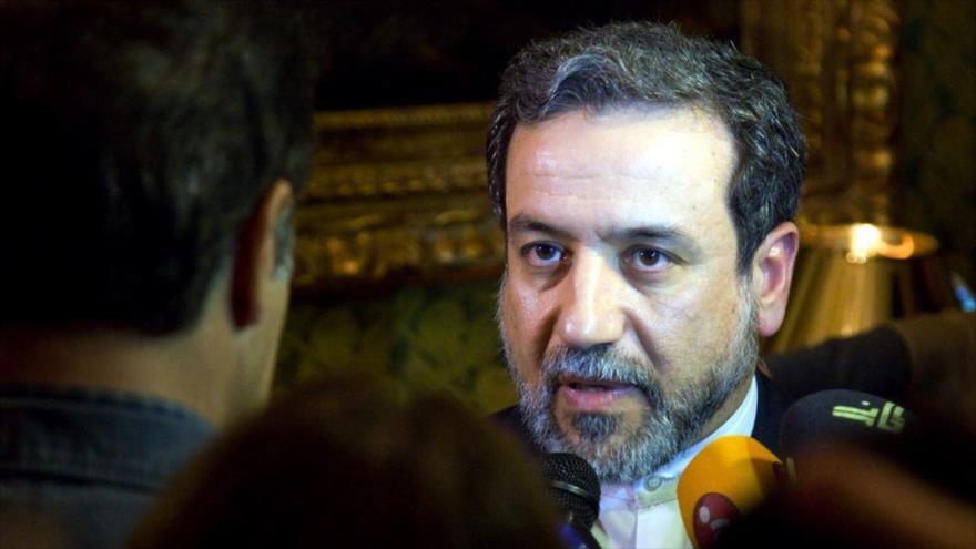 El vicecanciller iraní para Asuntos Políticos, Seyed Abás Araqchi, habla con los periodistas.