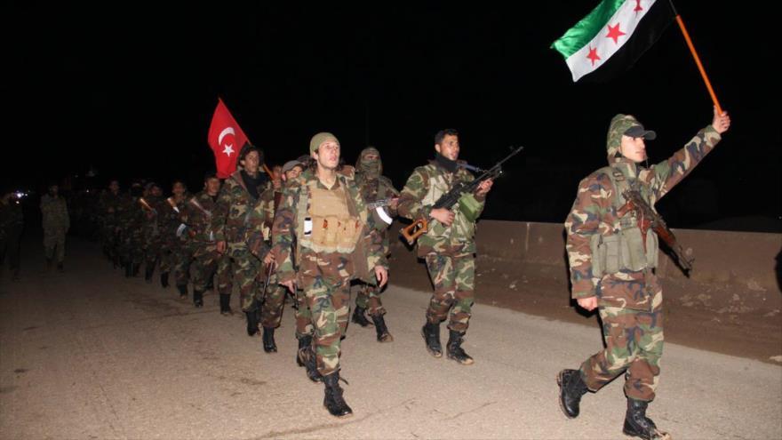Rebeldes sirios proturcos caminan por una calle en los alrededores de Azaz, norte de Siria.