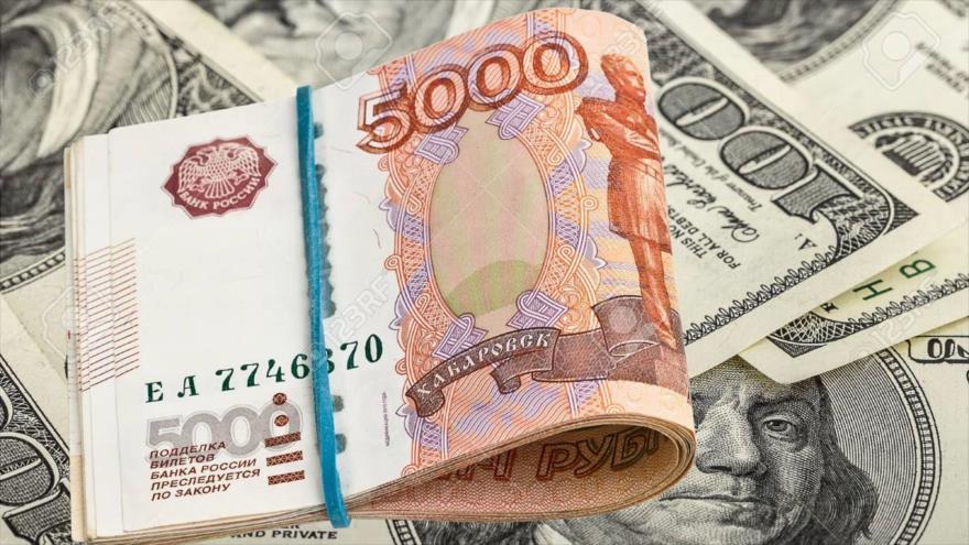 Un fajo de rublo ruso sobre un contexto del dólar.