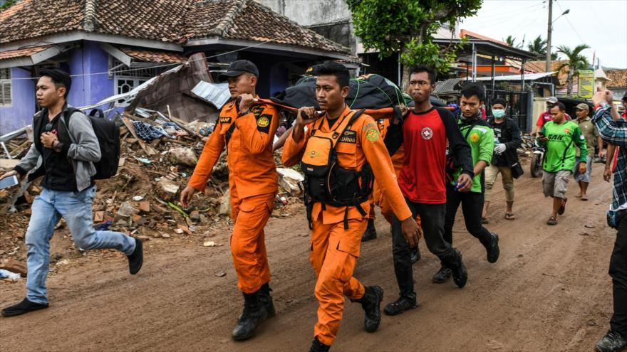 Los miembros de un equipo de búsqueda de Indonesia llevan el cuerpo de una víctima, en la provincia de Lampung, 25 de diciembre de 2018. (Foto: AFP)