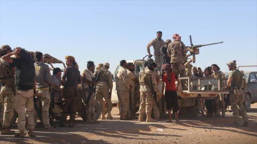 Integrantes del grupo armado Yaish Maqawir al-Thawra, apoyado por EE.UU., junto a un instructor militar estadounidense.