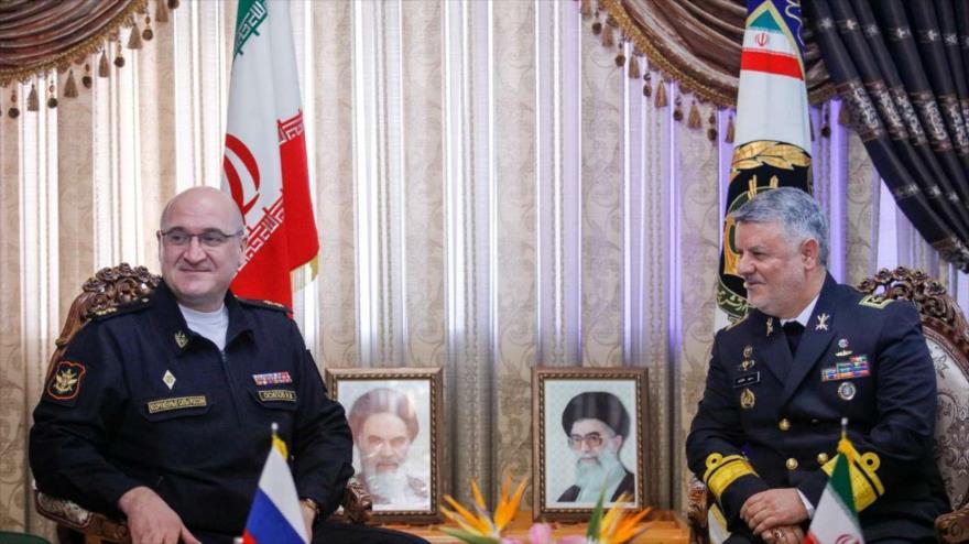El comandante de la Fuerza Naval del Ejército de Irán, el almirante Hosein Janzadi (dcha.), y el vicejefe del Estado Mayor de Rusia, Ígor Ósipov, Teherán, 25 de diciembre de 2018.