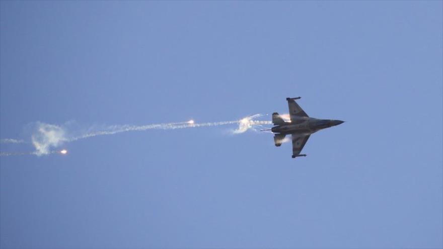 Caza F-16 del régimen israelí sobrevuela el desierto de Néguev, 29 de junio de 2017.