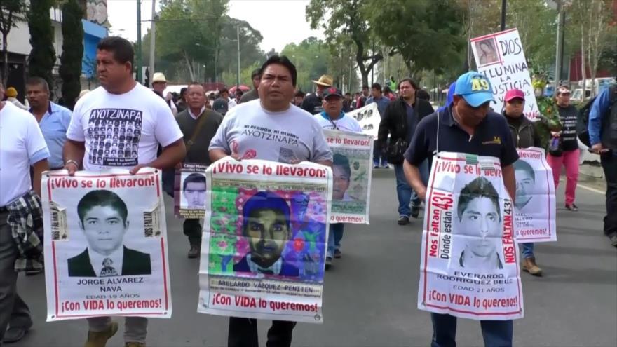 Marcha de padres de familia de estudiantes de Ayotzinapa