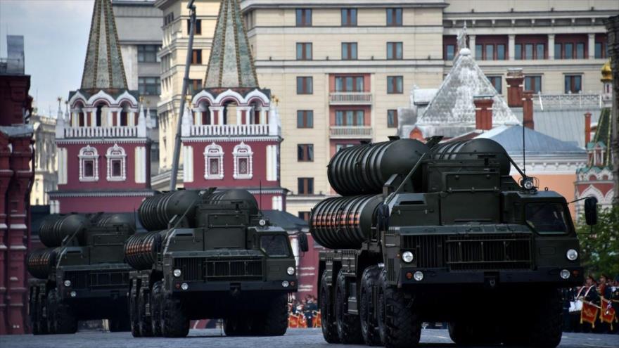 Vehículos portan un sistema de defensa antiaérea S-400 de Rusia, durante una parada militar en Moscú, 7 de mayo de 2016. (Foto: AFP)