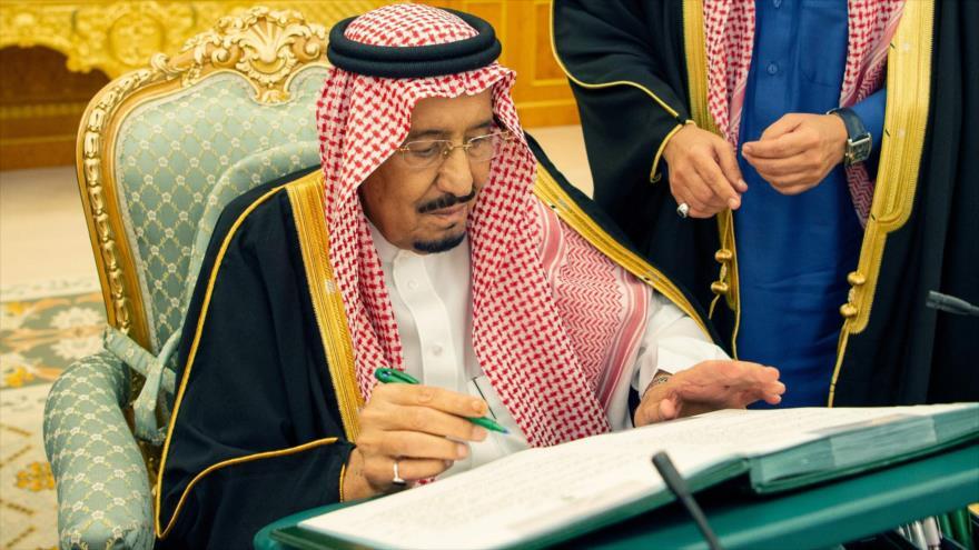 El rey saudí, Salman bin Abdulaziz Al Saud, firma un decreto en un acto oficial en Riad, la capital de Arabia Saudí, 18 diciembre de 2018. (Foto: AFP)