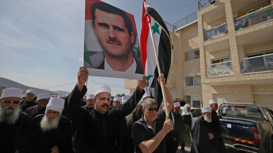 Sirios se manifiestan para apoyar al presidente Bashar al-Asad, el Golán ocupado, 6 de octubre de 2018. (Foto: AFP)