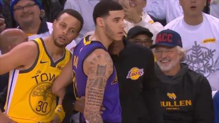 Jugador de NBA trata de oír instrucciones que le dan a su rival