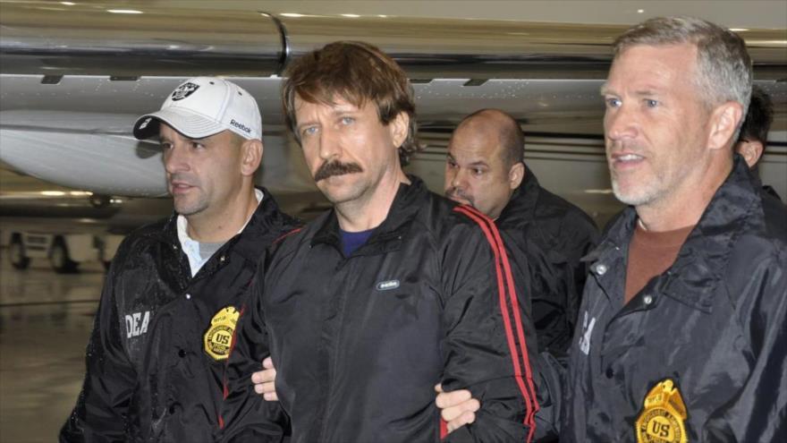 El empresario ruso Víctor Bout (centro), escoltado por agentes estadounidenses tras haber llegado a Nueva York, 16 de noviembre de 2018. (Foto: Reuters)