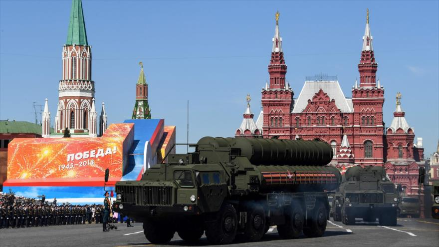 Sistemas de defensa aérea S-400 son presentados durante ceremonia del Día de la Victoria en la Plaza Roja de Moscú, 9 de mayo de 2018. (Foto: AFP)