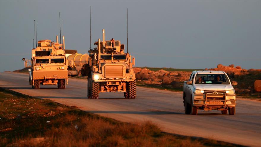 Los vehículos tácticos del Cuerpo de Marines de EE. UU., lo largo de una carretera en el noreste de Siria, 21 de diciembre de 2018. (Foto: AFP)