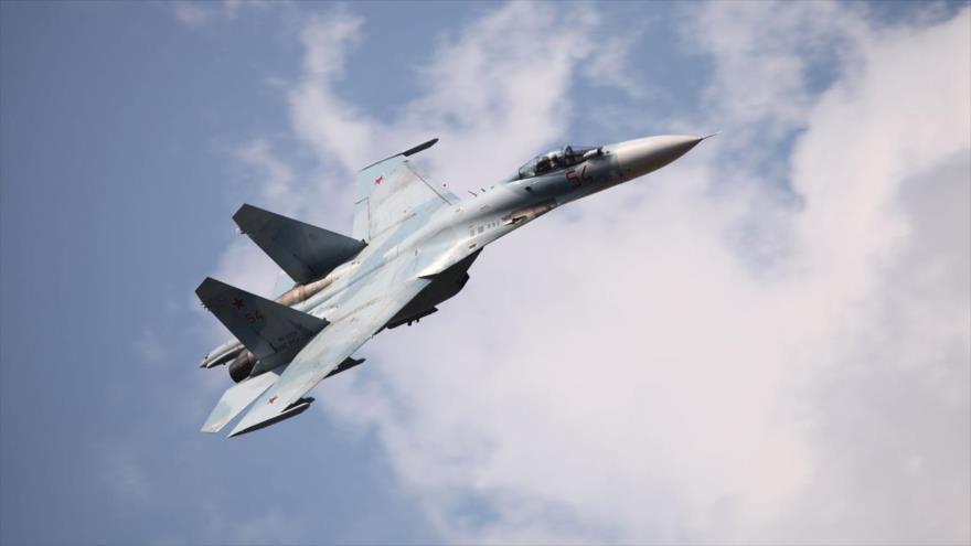 Un avión de combate ruso Su-27 durante un vuelo de prueba.