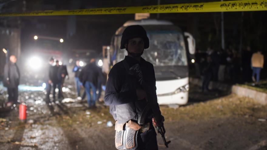 Un soldado egipcio vigila el autobús de turistas atacado cerca de las pirámides de Guiza, en Egipto, 28 de diciembre de 2018. (Foto: AFP)