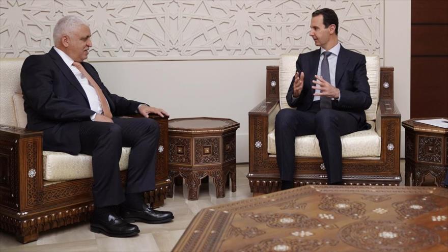 El presidente sirio, Bashar al-Asad (dcha.), reunido con el jefe de Asuntos de Seguridad Nacional de Irak, Faleh al-Fayaz, en Damasco, 29 de diciembre de 2018.