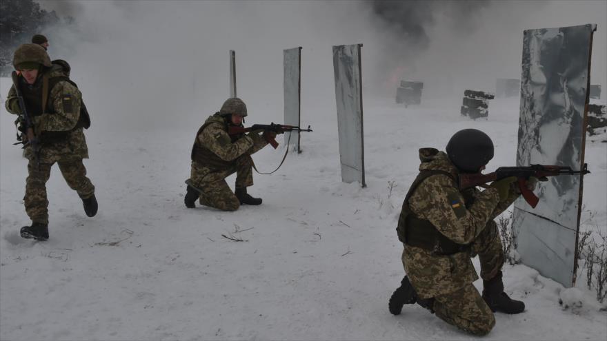 Militares ucranianos participan en unos ejercicios militares en la región de Chernigiv (norte), 19 de diciembre de 2018. (Foto: AFP)