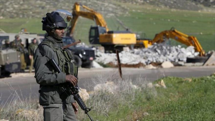 Excavadoras isralíes destruyen casas palestinas en la ocupada Cisjordania.