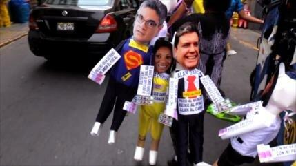 Queman piñatas con los personajes más odiados del año en Perú