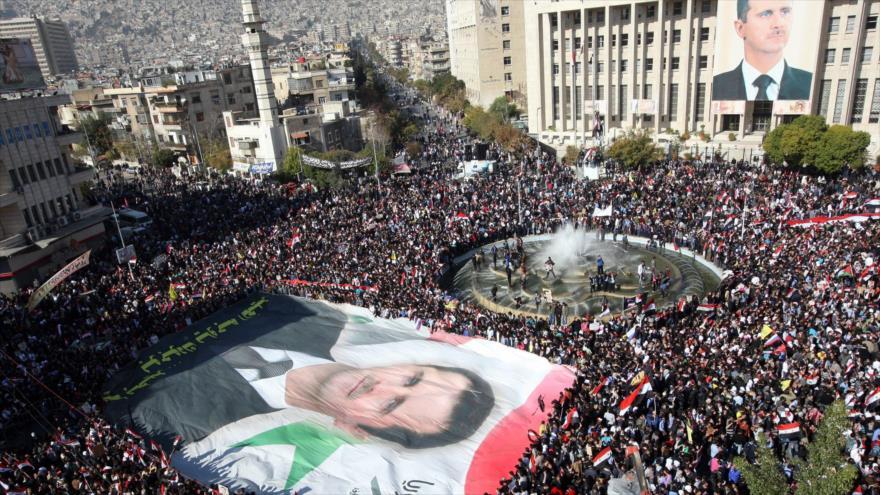 Ciudadanos sirios muestran su apoyo a su presidente, Bashar al-Asad, en Damasco, la capital de Siria.