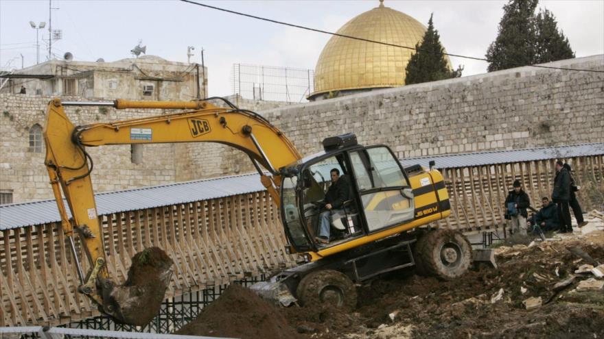 Autoridades israelíes realizan excavaciones en la Explanada de las Mezquitas, en la ciudad de Al-Quds (Kerusalén).