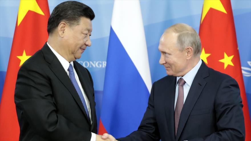 Vladimir Putin (dcha.), presidente de Rusia, junto con su par chino Xi Jinping, 11 de septiembre de 2018. (Foto: AFP)
