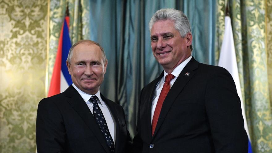 El presidente cubano, Miguel Díaz-Canel (dcha.), y su par ruso, Vladimir Putin, en una reunión en Moscú, 2 de noviembre de 2018. (Foto: AFP)