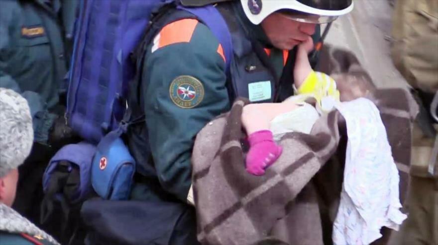 Vídeo: Hallan vivo a un bebé de 11 meses bajo escombros en Rusia